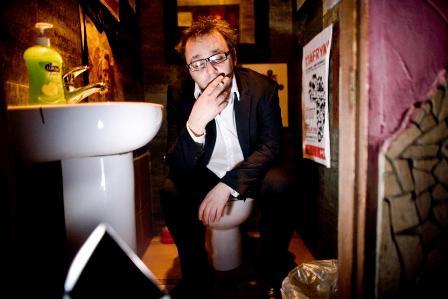 """""""Bawić, żonglować, rozwijać."""" Rozmowa z Robertem Ziębińskim, pisarzem, dziennikarzem, twórcą portalu Dzika Banda."""